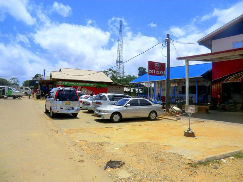 Das kleine Dorf Atjoni als Umschlagplatz am Suriname River