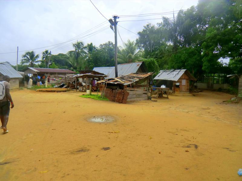 Blick in das Dorf Pikiseei am Suriname River - Lebensort der Saramaccaner