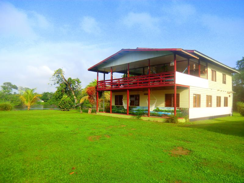 Das Hotel Botopassie am Suriname River