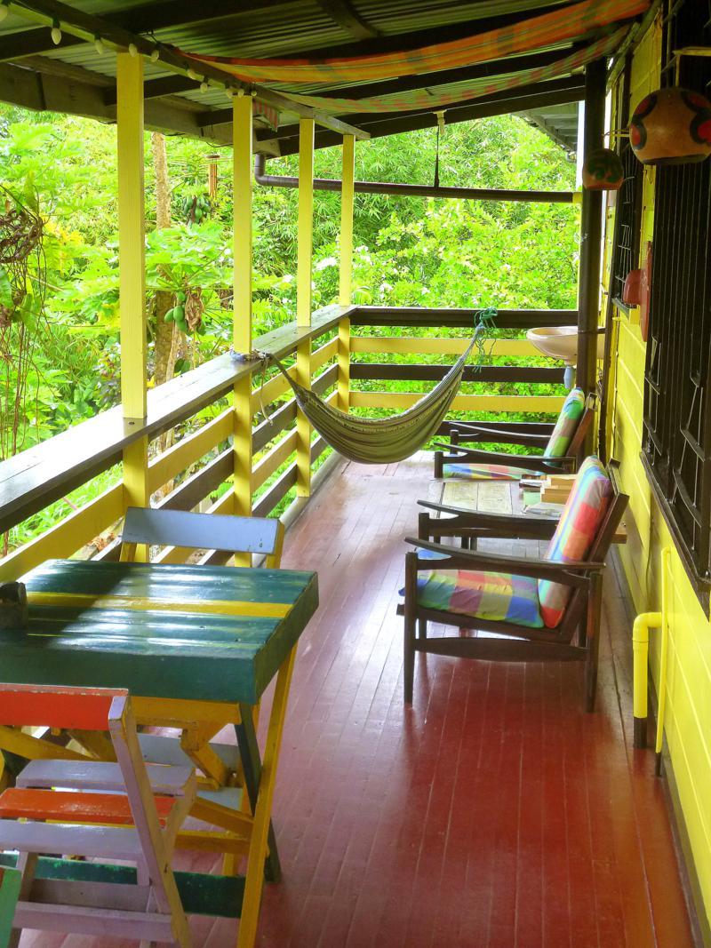 Das Guesthouse Twenty4 in Paramaribo - die gemütliche Terrasse