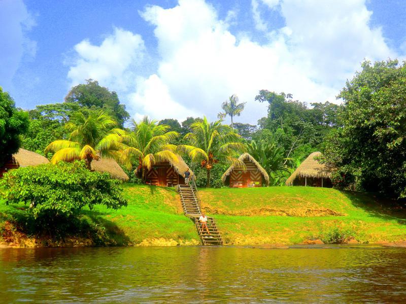 Blick vom Suriname River auf das fantastische Hotel Botopassie
