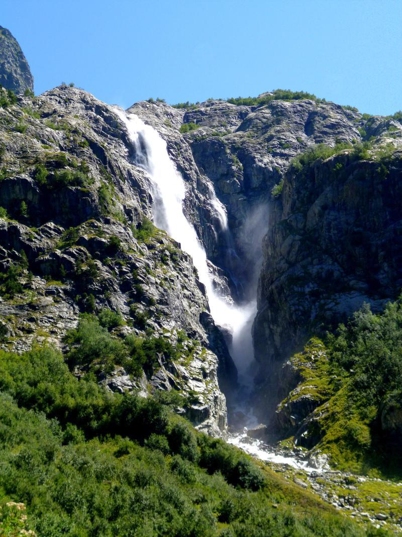 Wanderung zum Gletscher des Mount Ushba - die Natur könnte kaum beeindruckender sein