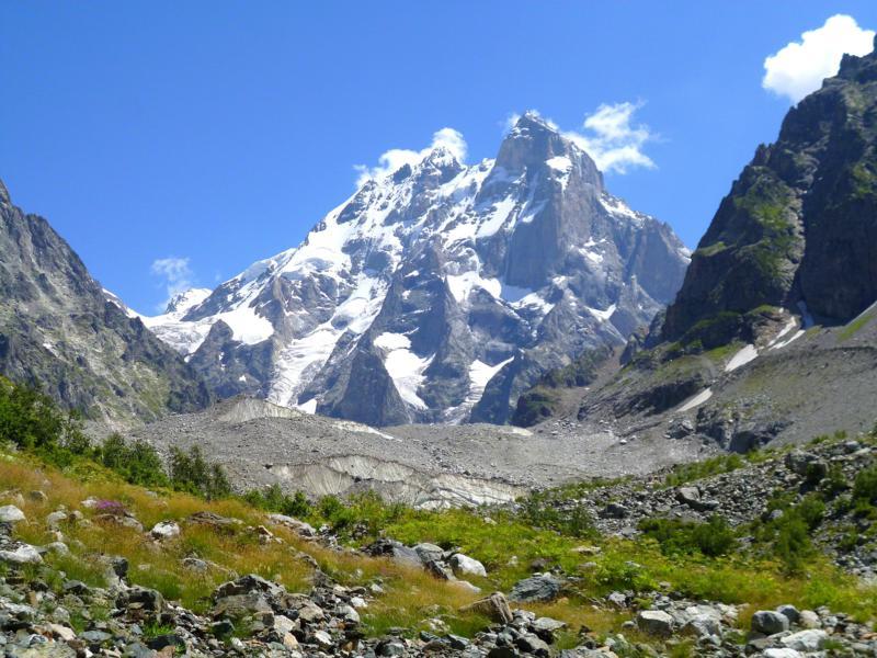 Blick vom Gletscher des Mount Ushba auf selbigem