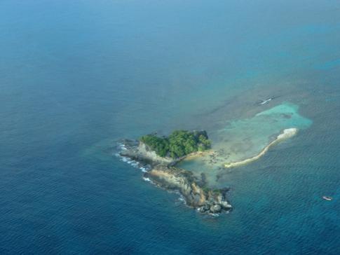 Blick auf unbewohnte Inseln von Carriacou aus der SVG Air Maschine