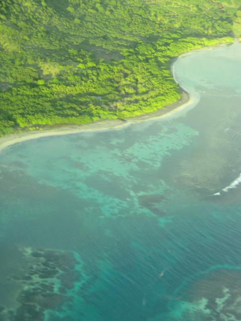 Die Südküste von Carriacou während des Fluges mit SVG Air nach Grenada