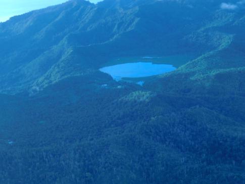 Der Grand Etang Lake aus der Luft während des Fluges mit SVG Air