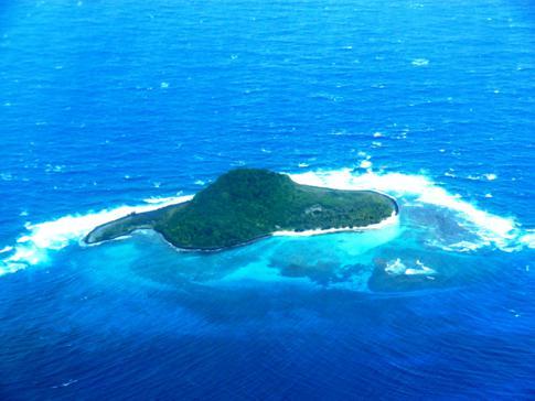 Flug mit SVG Air von Grenada nach Carriacou: hier im Bild eine der unbewohnten Inseln, Sandy Island