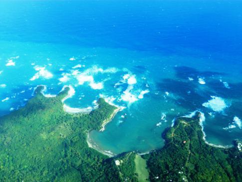 Blick auf die Ostküste von Grenada während des Fluges mit SVG Air