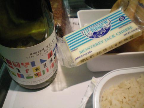 Käse und Wein zum Menü bei Swiss Airlines