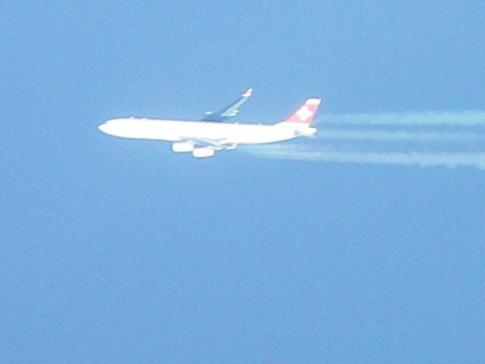 Ein Swiss-Flugzeug aus dem eigenen Flugzeug fotografiert ...