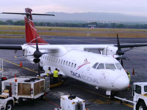 Das Flugzeug von Taca Regional, eine ATR42-300