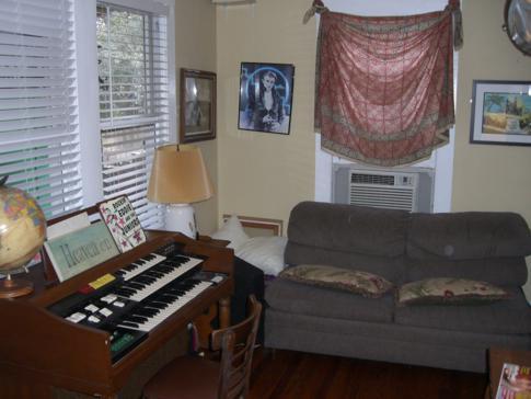 Musikgegenstände finden sich überall verstreut in diesem Hostel