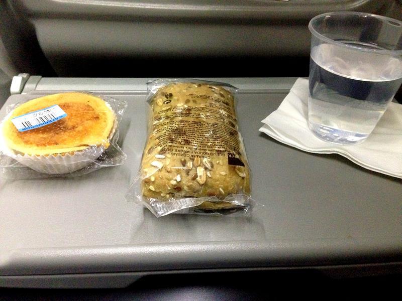 Frühstück auf einem Flug in der Economy Class mit TAP Portugal von Sevilla nach Lissabon