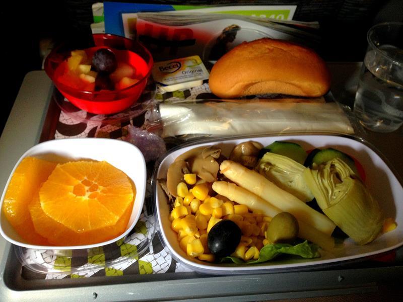 Vegane Mahlzeit auf einem Langstreckenflug in der Economy Class mit TAP Portugal