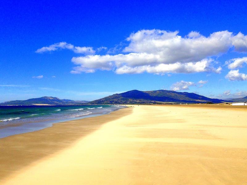 Der kilometerlange Strand von Tarifa im Süden von Andalusien