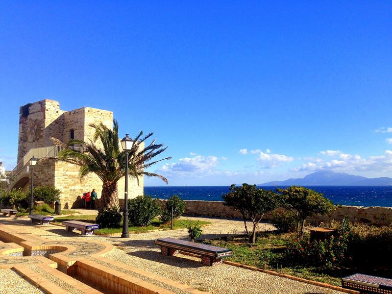 Traumhafte Altstadt von Tarifa mit Blick auf das Atlasgebirge in Marokko