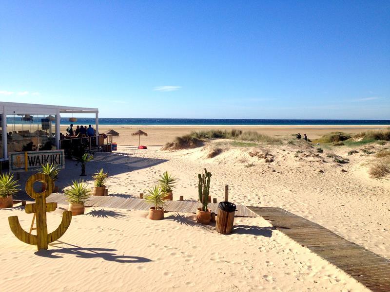 Der tolle und breite Strand von Tarifa an der Costa de la Luz
