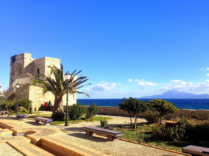 Die superhübsche Altstadt von Tarifa mit Blick auf das Atlasgebirge in Marokko