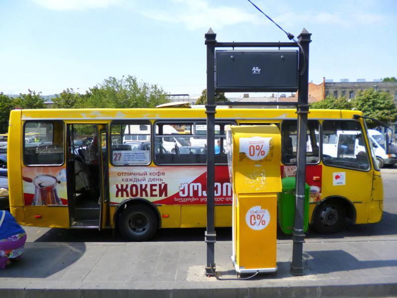 Ein typischer Marshrutka-Bus am Hauptbahnhof von Tiflis
