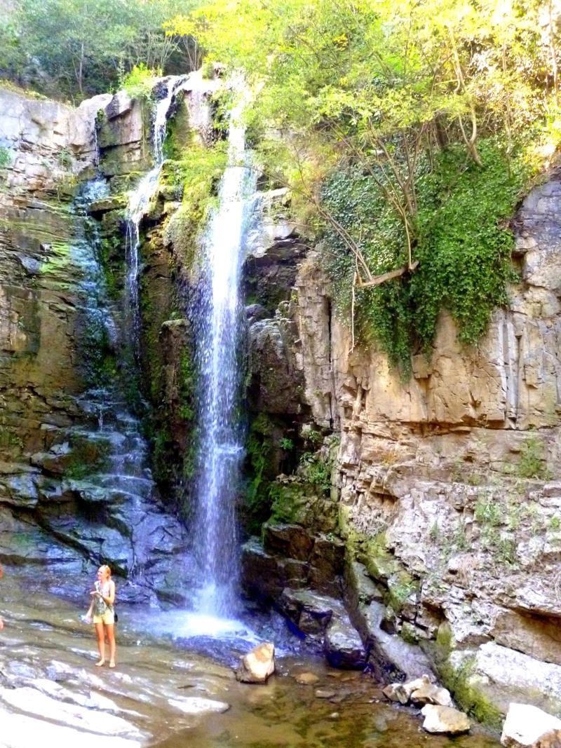 Ein kleiner versteckter Wasserfall in der Nähe des Botanischen Gartens