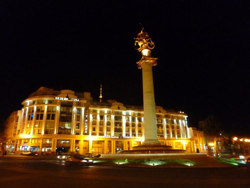 Der Freedom Square in Tiflis bei Nacht