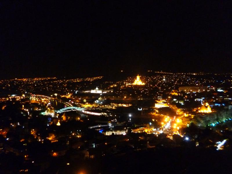 Beeindruckender Ausblick auf Tiflis bei Nacht