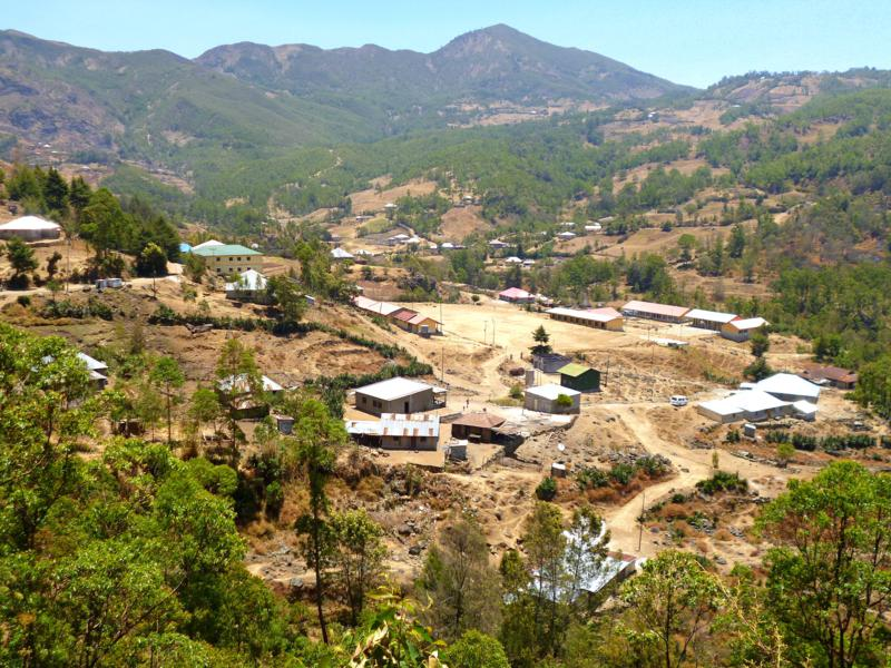 Blick auf das Bergdorf Hatubuilico in Timor-Leste