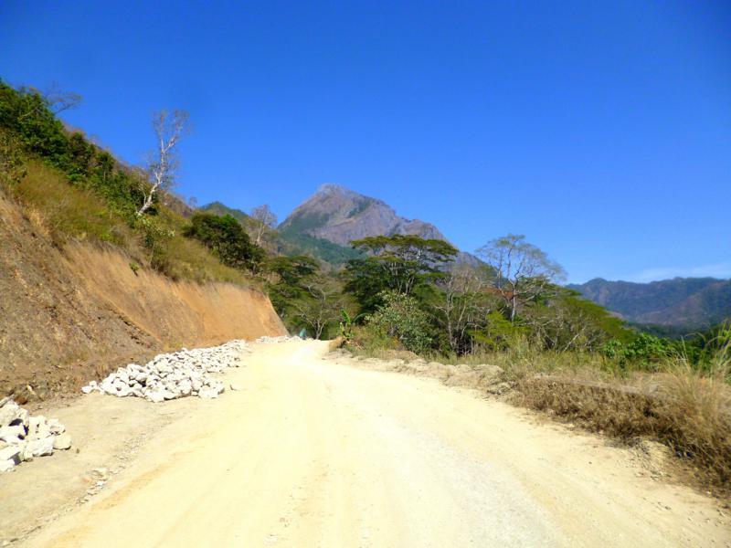 Eine der vielen Staubpisten in Timor-Leste - allerdings meist mit schönster Aussicht
