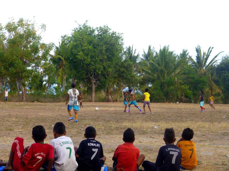 Einheimische Kinder beim Fußball spielen auf Atauro Island