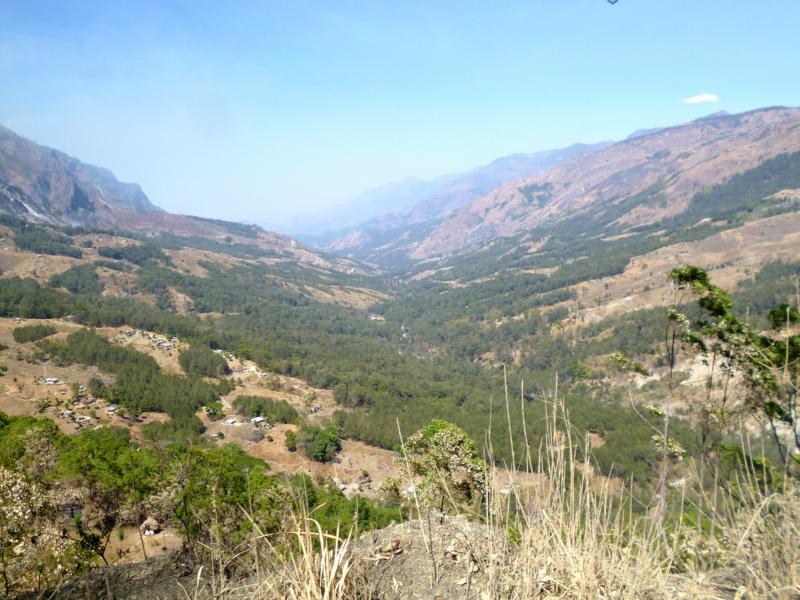 Ausblicke auf die Gebirgslandschaft von Osttimor während der Fahrt nach Same