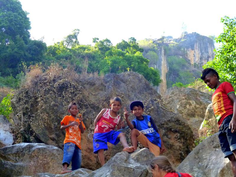 Fröhliche Kinder am kleinen Wasserfall von Dare