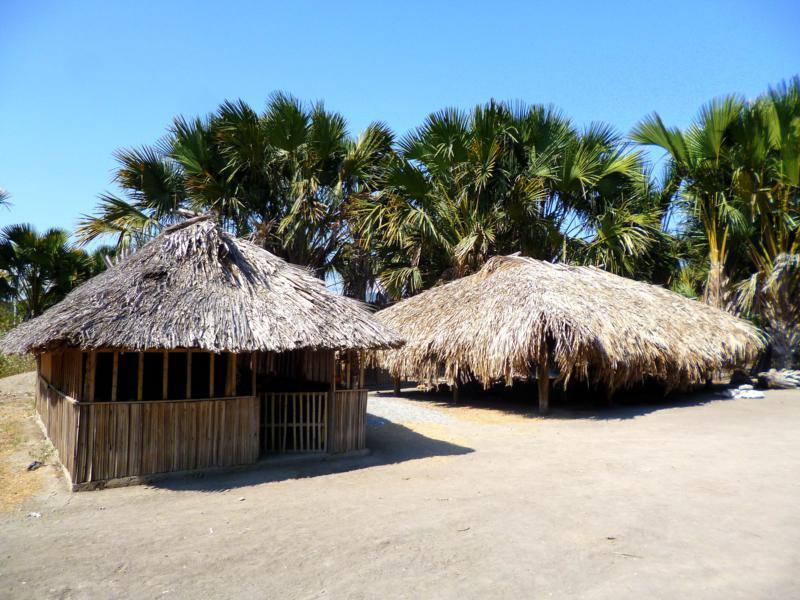 Traditionelle Häuser in Betano in Timor-Lestes Süden