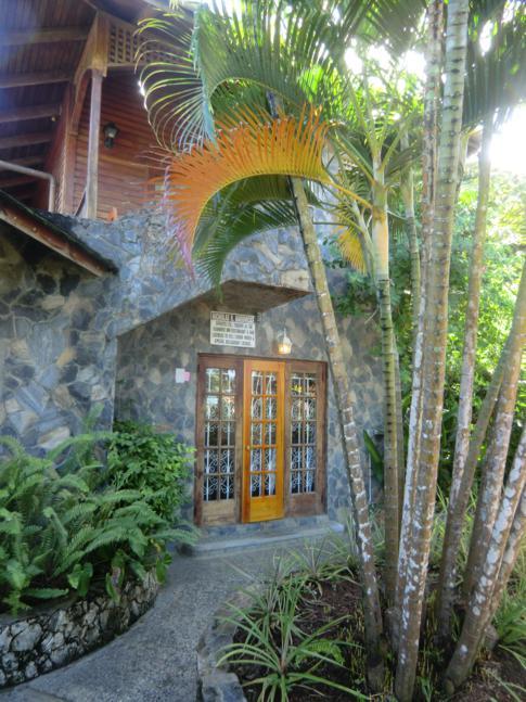 Der Eingang zum Seahorse Inn in Tobago