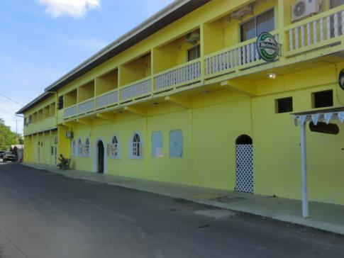 Die Vorderansicht des Conrado Beach Hotel in Tobago