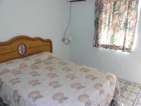 Ein Zimmer der Beachfront-Kategorie im Conrado Beach Hotel