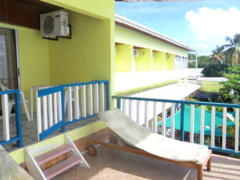 Die interessant gestalteten Balkone im Conrado Beach Hotel