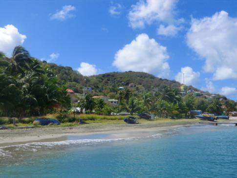 Blick auf die Schwesterinsel von Grenada und Carriacou, Petit Martinique