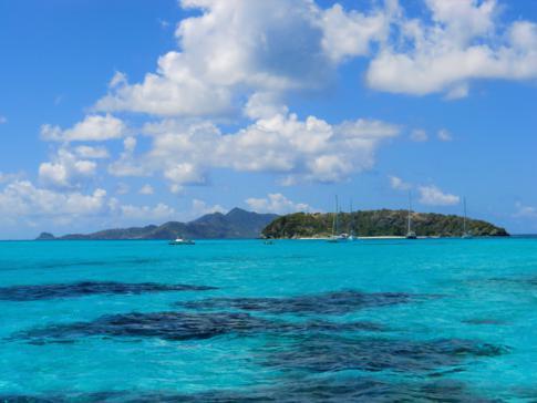 Blick von den Tobago Cays auf Jamesby und Union Island