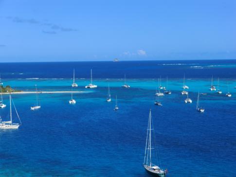 Ausblick von Petit Bateau auf die Tobago Cays - ein Karibik-Traum