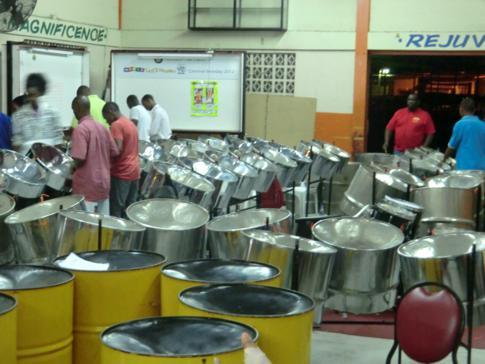 Ein typischer Panyard in Port of Spain, der Hauptstadt von Trinidad
