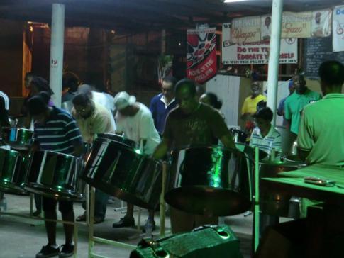 Beeindruckende musikalische Darbietung von einer Steelband in Port of Spain