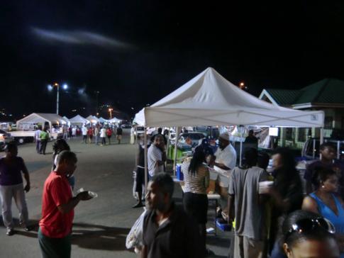 Lokales Abendessen im Queens Park Savannah im Zentrum von Port of Spain