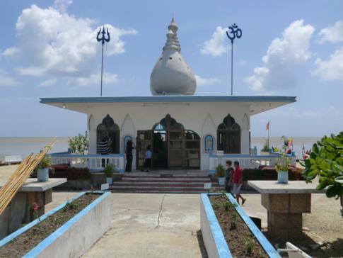 Der Hindu-Tempel im Meer bei Waterloo an der Westküste von Trinidad
