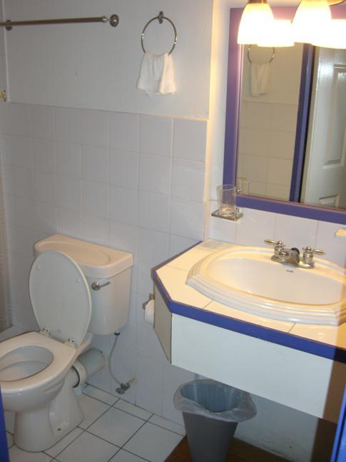 Badezimmer im Forty Winks Inn, Trinidad