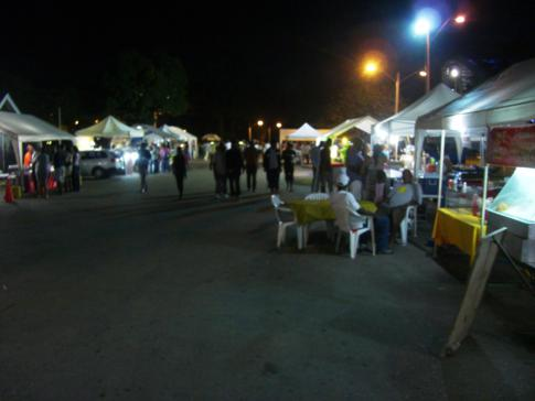 Der allabendliche Foodmarkt am Queens Park Savannah in Port of Spain