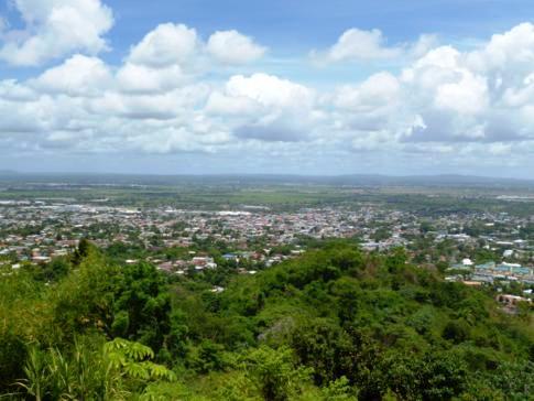 Ausblick vom Mount St. Benedict auf das weite Land Trinidads