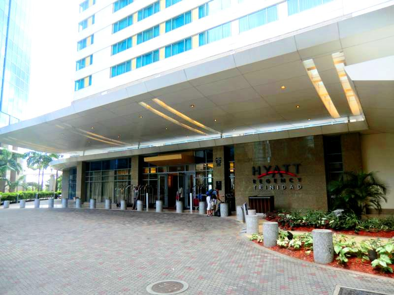 Eingang zum Hyatt Regency Port of Spain in Trinidad