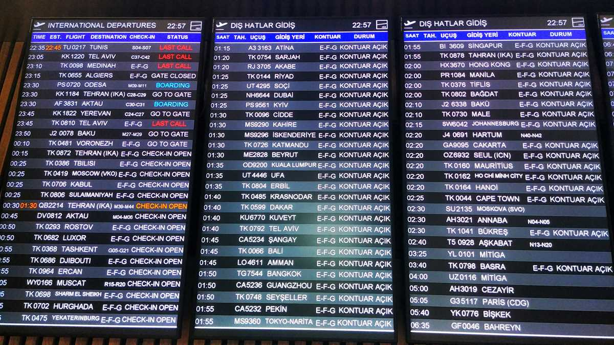 Abflugtafel im Istanbul Havalimani Airport