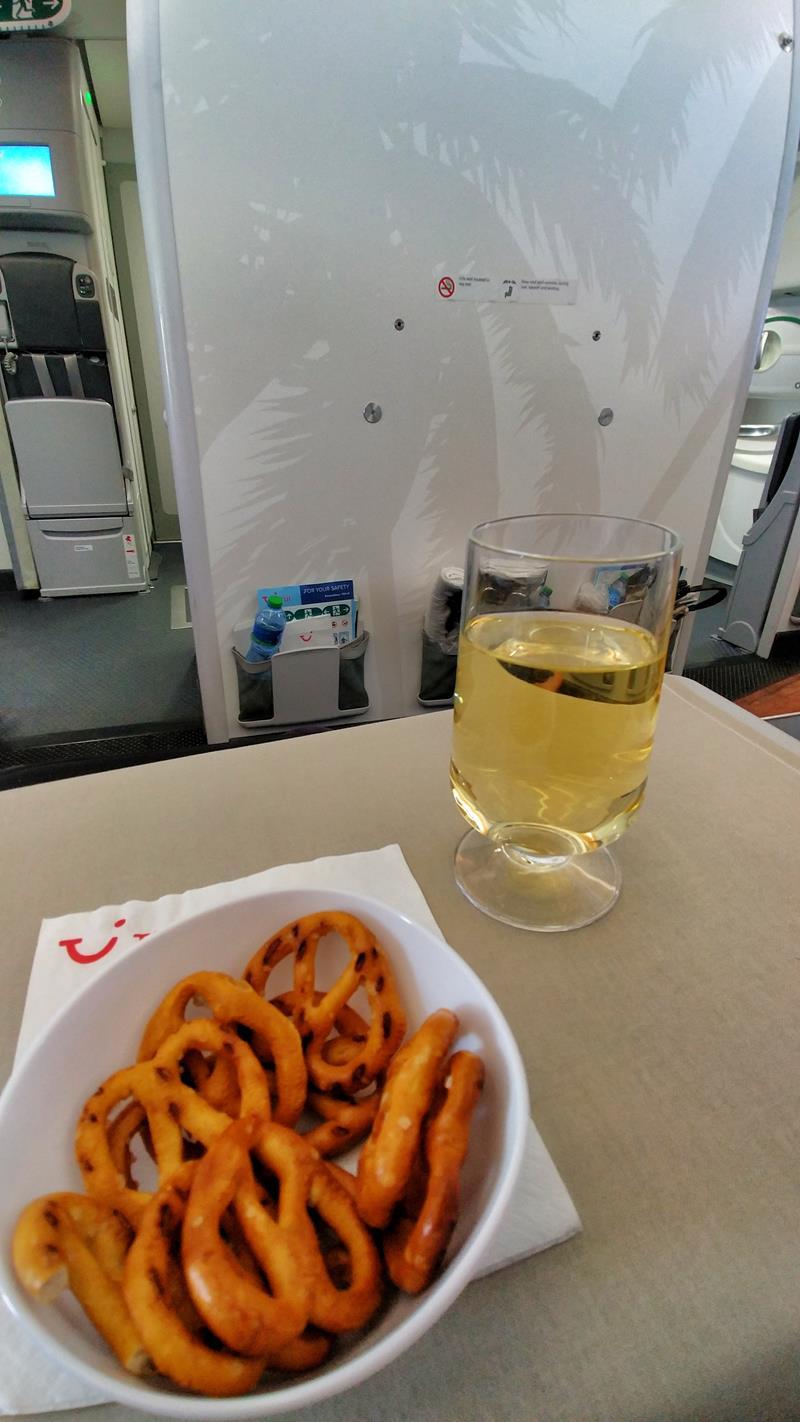 Begrüßung an Bord in der Premium Economy Class bzw. dem Club Premium von Tuifly Belgium