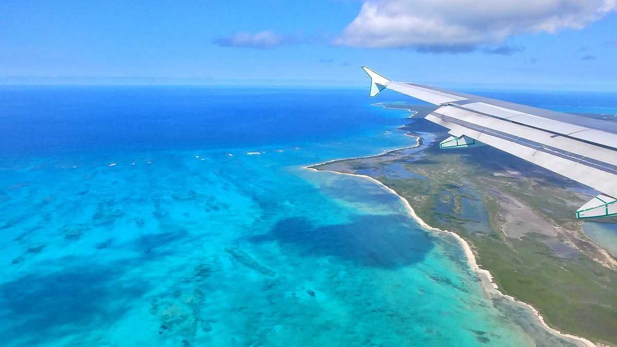 Blick auf Providenciales beim Anflug auf die Turks- und Caicos-Inseln